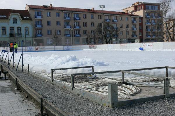 Ľad pomaly odstraňujú.