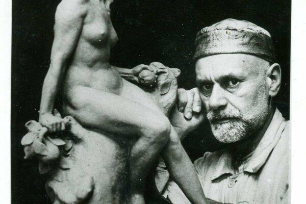 Sochár Alojz Rigele sjedným zo svojich diel.