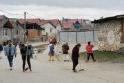 Rómovia z Bystrian pracujúci na aktivačných prácach.