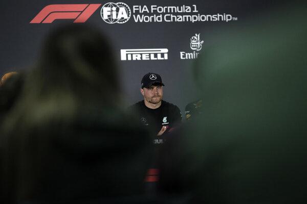 Na snímke Fín Valtteri Bottas (Mercedes) na tlačovej konferencii na okruhu v Sachire pred nedeľňajšou Veľkou cenou Bahrajnu 28. marca 2019.