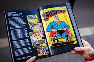 Na fotografii je Superman z roku 1943, ktorého pomáhal kresliť John Sikela.