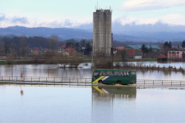Autobus prechádza po zaplavenej ceste pri srbskom meste Požega, ktoré sa nachádza 150 kilometrov južne od Belehradu.