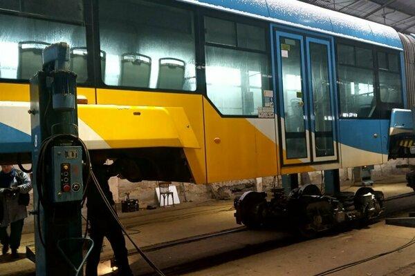 Podvozky električiek Vario po prerazení podlahy uvoľnenou súčiastkou vystužovali.