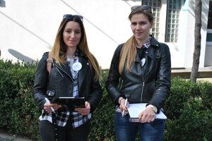 Dievčatá zbierajú podpisy pod petíciu, ktorú organizuje Rattajová.