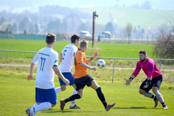 Veľké Bierovce/Opatovce (v bielom) privítali tím FK Turani.