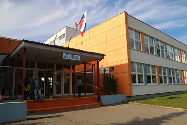 Na Podbrezinách volia v Základnej škole Janka Kráľa.