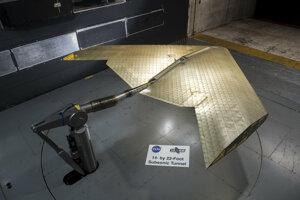 Montáž krídla. je vidieť, že je zostavené zo stoviek identických častí. Krídlo otestovali v aerodynamickom tuneli NASA.