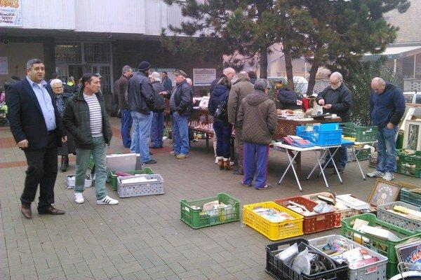 Niektorí zberatelia mali svoje miesto aj vonku pred tržnicou.