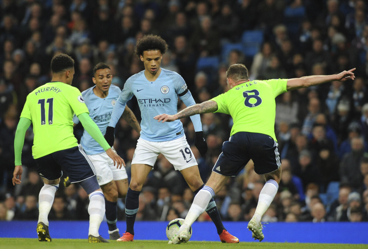 a096ba87d6886 Hráč Manchesteru City Leroy Sane (uprostred) bojuje o loptu s Joeom Rallsom  (vpravo