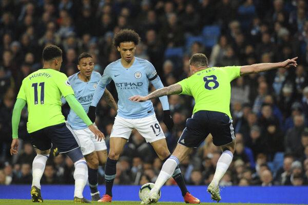 Hráč Manchesteru City Leroy Sane (uprostred) bojuje o loptu s Joeom Rallsom (vpravo) z Cardiffu.