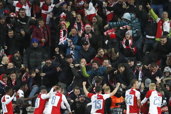Futbalisti Slavie sa tešia s fanúšikmi. (ilustračná snímka)