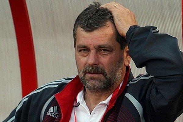 Tréner Anton Jánoš skúša nových hráčov.