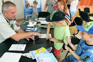 Deťom policajti odobrali daktyloskopické odtlačky prstov.