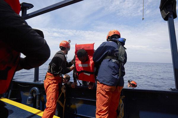 Loď Alan Kurdi zachránila 64 migrantov.