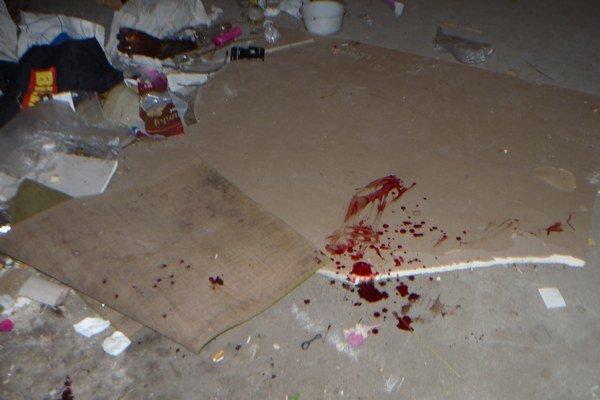 Krvavé stopy na mieste, kde Kristián dopadol.