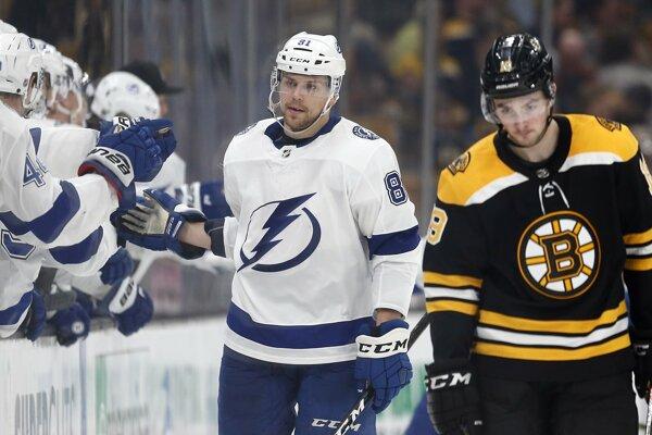 Erik Černák (vľavo) v drese Tampa Bay Lightning.