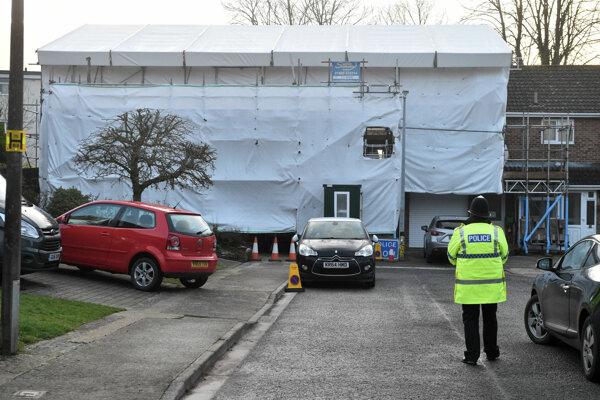 Policajt stojí pred domom Skripaľovcov, ktorý bol kontaminovaný nervovoparalytickým jedom novičok.