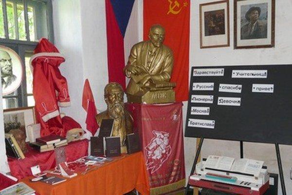Vystavené sú pionierske rovnošaty, Leninova busta, ale aj tabuľka s griflíkom.