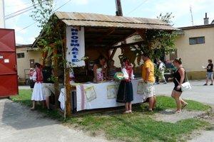 Dedina ožíva je predovšetkým o pokoji, stretnutiach, rozhovoroch a o oddychu v malebnom regióne.