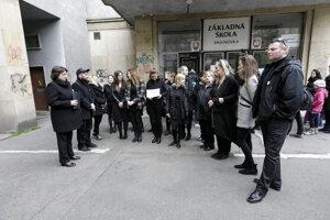 Pedagógovia sa do čiernej obliekli aj počas dňa učiteľov.
