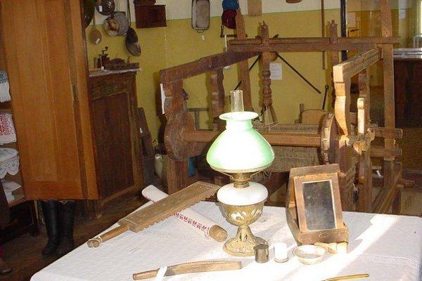 V múzeu je zozbieraných množstvo cenných historických artefaktov.