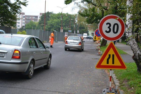Na ulici pri námestí je znížená rýchlosť a zúžená vozovka.