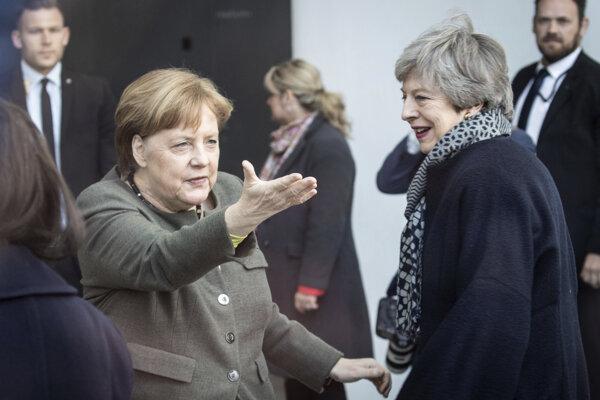 Zľava nemecká kancelárka Angela Merkelová a britská premiérka Theresa mayová sa vítajú na summite.