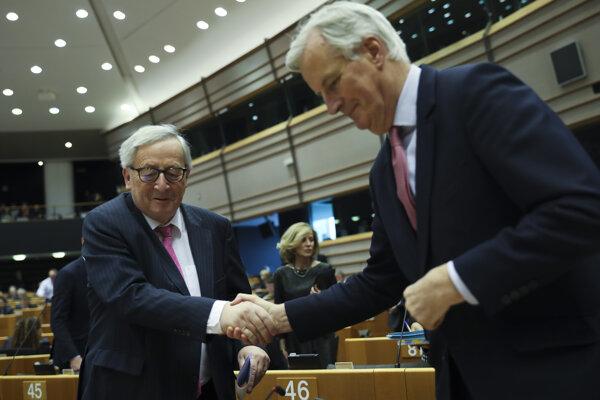 Predseda Európskej komisie Jean-Claude Juncker (vľavo) a Michel barnier, vyjednávač EÚ pre brexit.