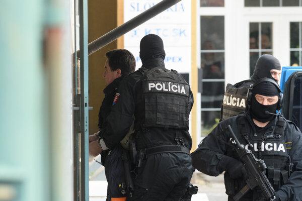 Kočnera privádzajú na výsluch na políciu v Nitre.