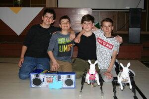 Novozámocký tím (bez Barbory Bardoňovej) s robotmi Lujzinkou a Rogerom.