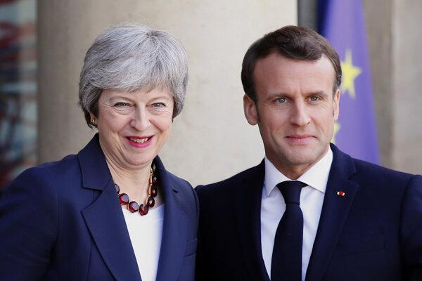 Britská premiérka Theresa Mayová a francúzsky prezident Emmanuel Macron.
