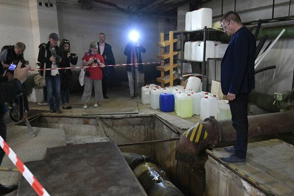 Starosta ukázal novinárom aj prasknuté potrubie v technickej časti plavárne.