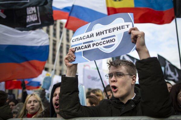 Proti obmedzovaniu slobody na internete protestovali v marci v Moskve aj mladí Rusi.