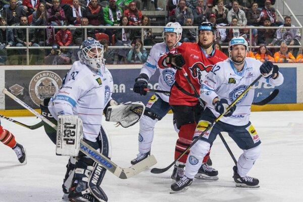 Zľava Šimboch, Mezei, Zigo a McCormack zachytení počas druhého zápasu finálovej série.