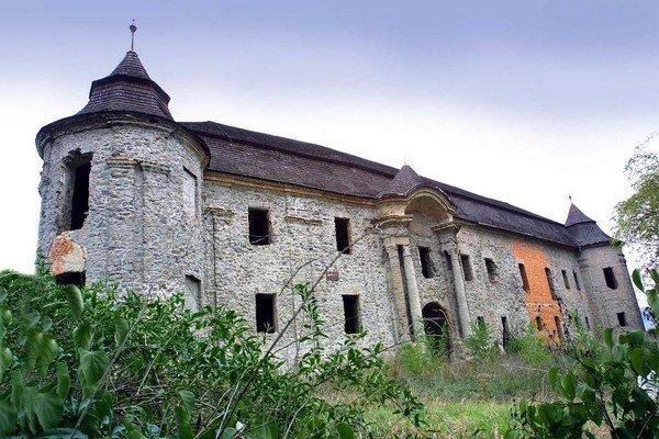 Chátrajúca historická stavba.
