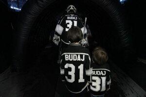 Peter Budaj odchádza do útrob štadióna, nasledovaný svojimi synmi.
