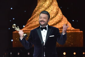 Michal Hudák si preberá cenu v kategórii zabávač.