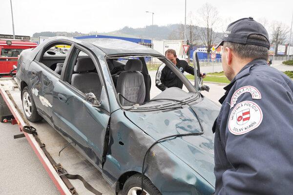 Mestská polícia dohliada nad odpratávaním vrakov áut.