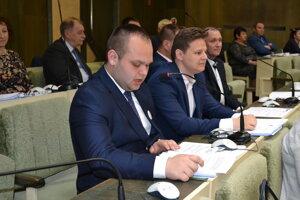 Hlavnými iniciátormi, aby boli zasadnutia mestskej rady a komisií verejné, boli poslanci Tomáš Šudík (pri mikrofóne) a Martin Ruščanský.