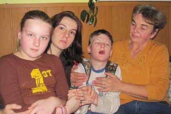 Dominik má detskú mozgovú obrnu. Jeho zdravotný stav si vyžaduje nepretržitú opateru.