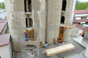Z otvorov v bývalých mlynských silách sa bude vystupovať na balkóny.