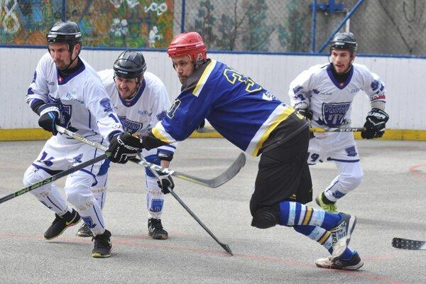 Pov. Bystrica (v bielom) je po roku opäť v semifinále. Pruské dohralo.