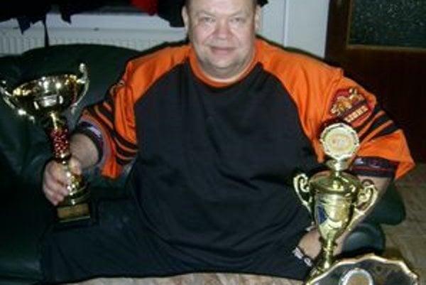 Peter Mihály, trojnásobný majster Slovenska, štvornásobný majster Európy a tiež sveta, ktorý je držiteľom svetového rekordu v tlaku na lavičke (245 kg), si v kategórii Masters (50–54 rokov, hmotnosť 140+) odniesol z Bardejova najcennejšiu trofej,