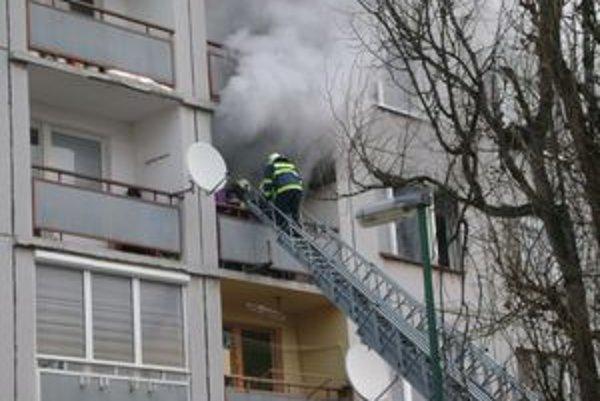 Prednostu Mestského úradu v Tornali Lajos Balajti tvrdí, že užívateľ horiaceho bytu dlhoval mestu za nájomné viac ako 10-tisíc eur a preto sa ho rozhodli deložovať.