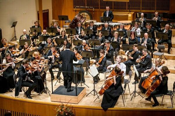 Filmové melódie v podaní filharmonikov.