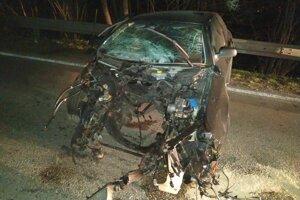 Po prudkom náraze motor Škody odletel dvadsať metrov od auta.