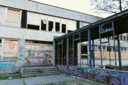 Budova bývalej školy je kompletne zdevastovaná.