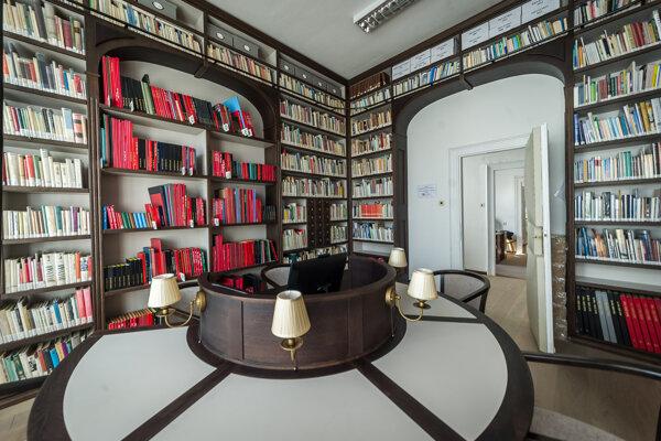 Zrekonštruovaný interiér študovne.