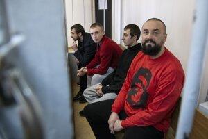 Ukrajinskí námorníci sedia v súdnej sieni 17. apríla 2019 v Moskve.