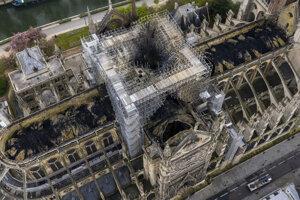 Na leteckej snímke pohľad na katedrálu Notre-Dame po požiari